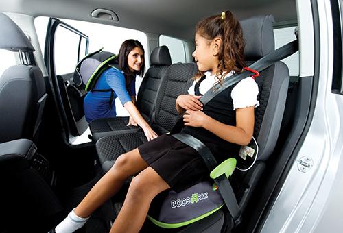 Девочка в автомобиле с бустером