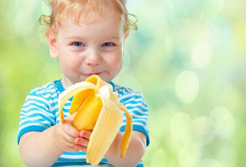 Ребенок ест банан