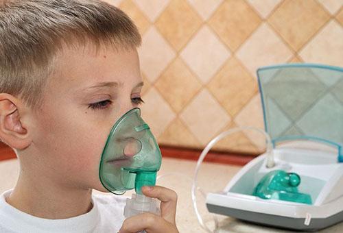 Ребенок с ингалятором от насморка