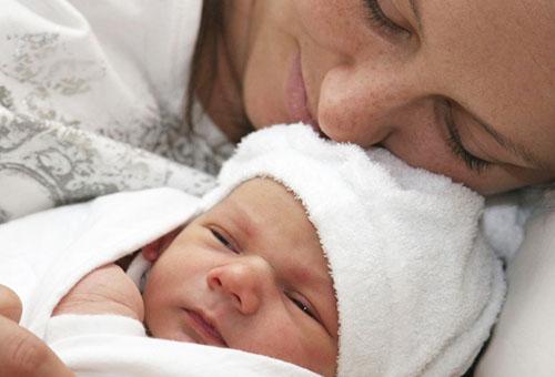 Когда и как купать новорожденного ребенка первый раз : все особенности процедуры