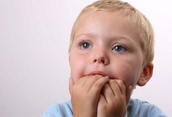 Мальчик с пальцами во рту