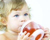 Ребенок пьет витаминный отвар