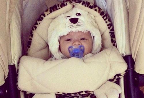 Новорожденный на зимней прогулке