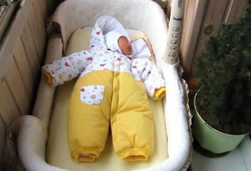 Новорожденный спит на балконе