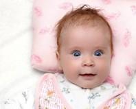 Ребенок на детской подушке