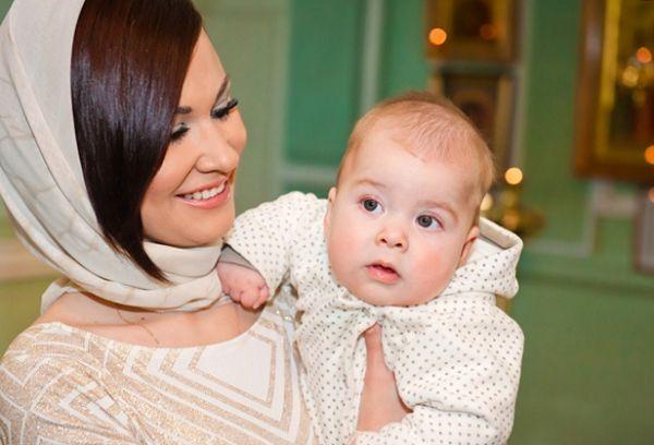 Крестная с крестным малышом