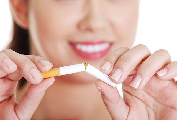 Девушка со сломанной сигаретой