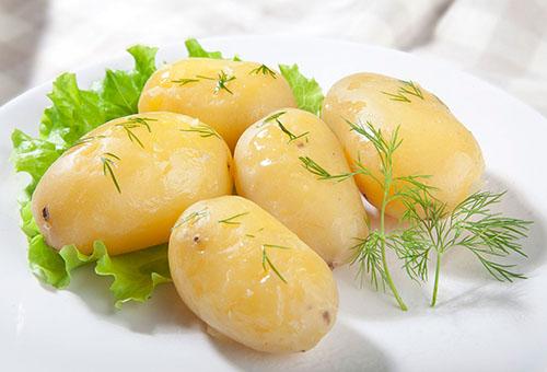 Отварной картофель с зеленью