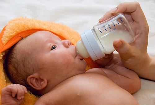 Кормление ребенка из бутылочки