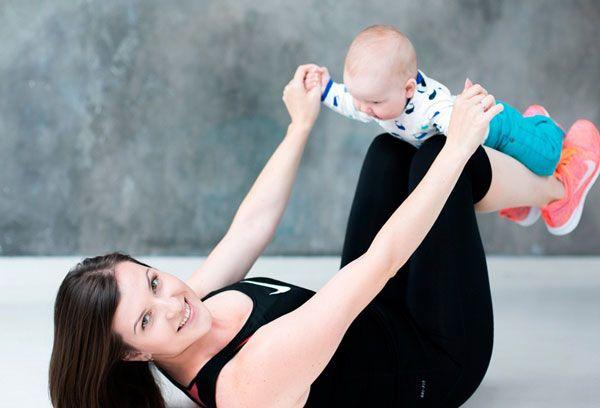 молодая мама с малышом разминается