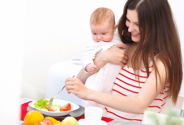 мама с малышом готовит еду