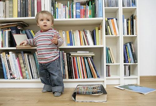 Годовалый малыш у стеллажа с книгами
