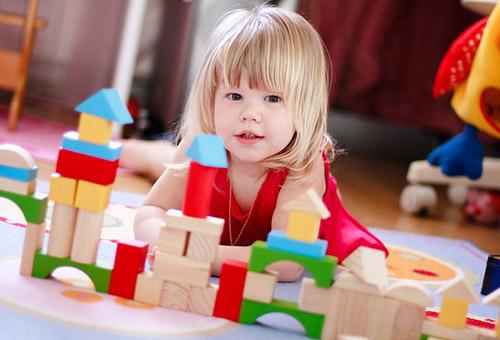 Двухлетняя девочка играет