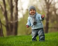 Двухлетний ребенок на прогулке
