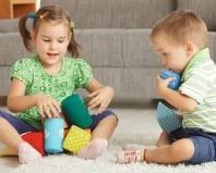 Трехлетний мальчик играет с сестрой