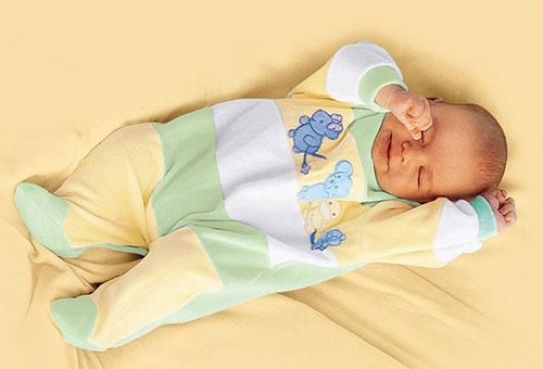 Спящий 4-месячный ребенок