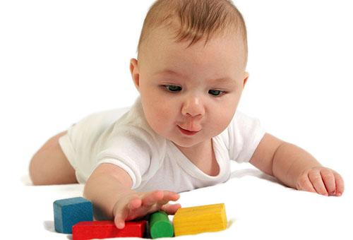 Четырехмесячный ребенок играет