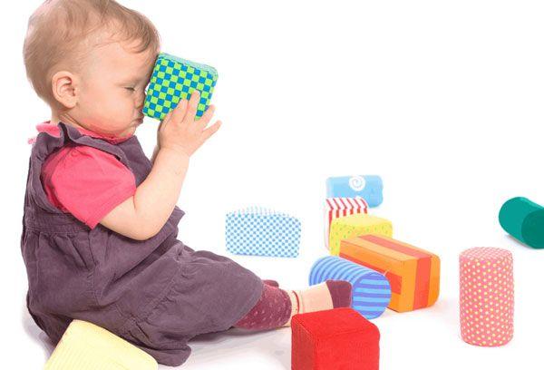 Играющий малыш