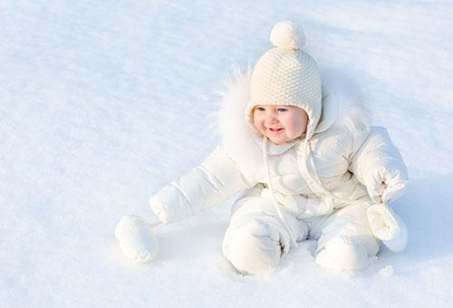 Малыш на снегу играет