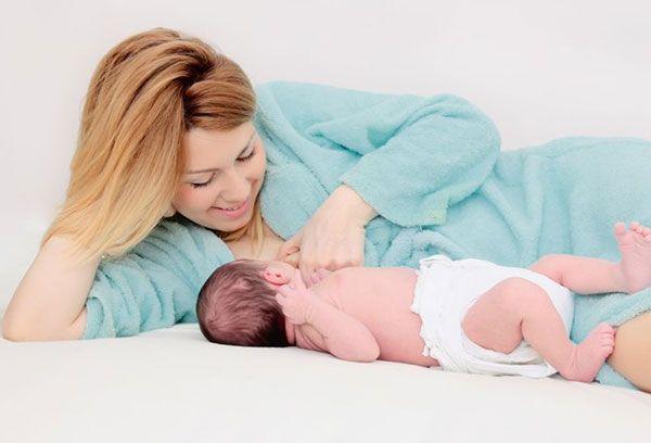 Мама играет с грудным малышом