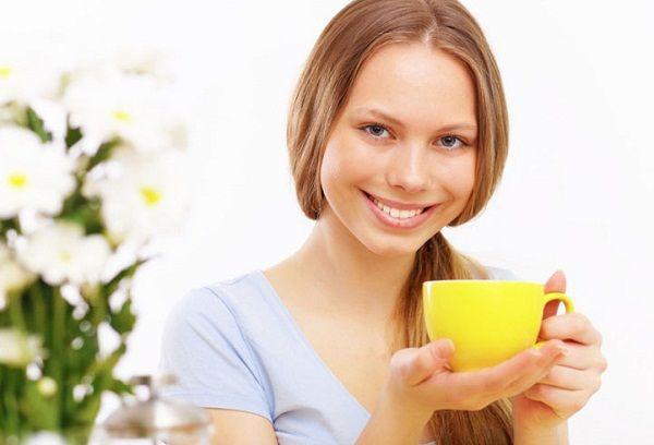 Девушка с желтой чашкой с чаем