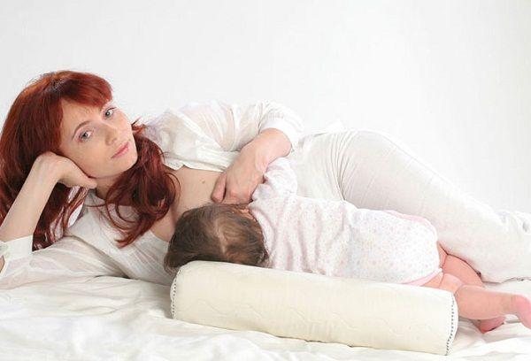 Мама с грудным ребенком на кровати