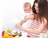 Мама с грудным ребенком на кухне