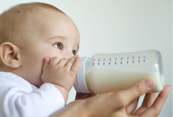 Кормление новорожденного из бутылочки?
