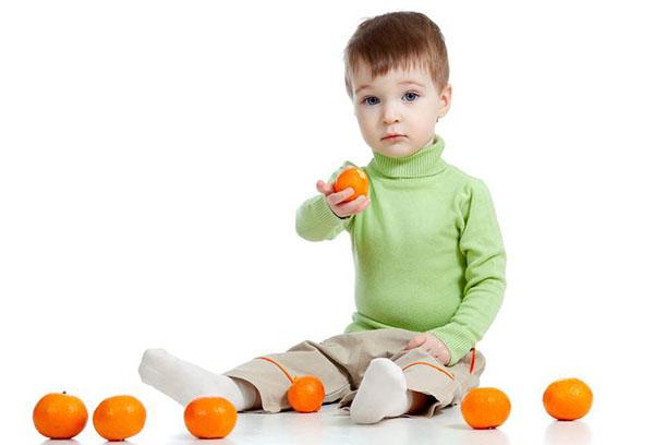 Ребенок с мандаринами