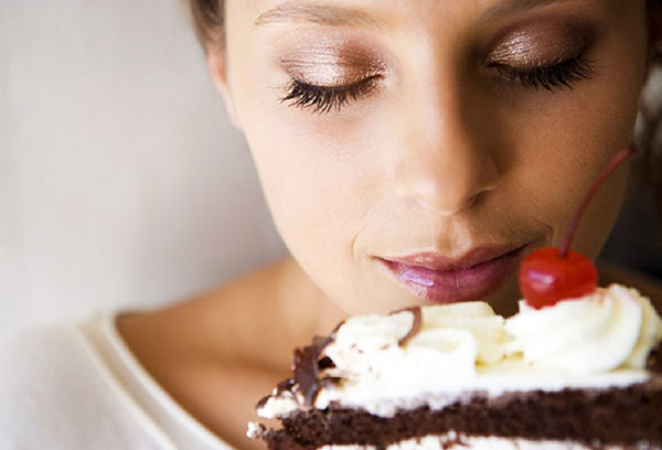 Женщина хочет съесть кусок торта