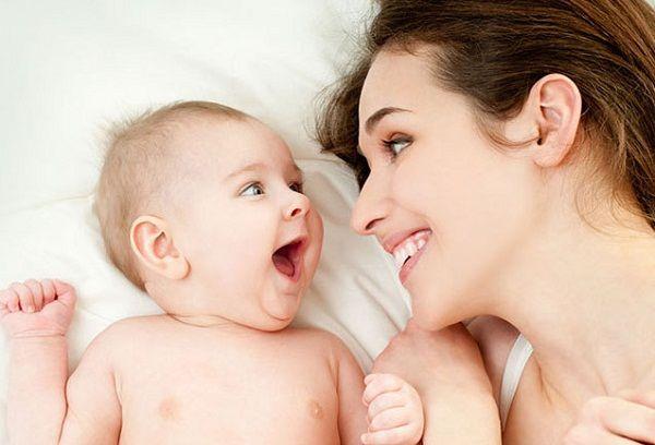 Молодая мама играет с ребенком