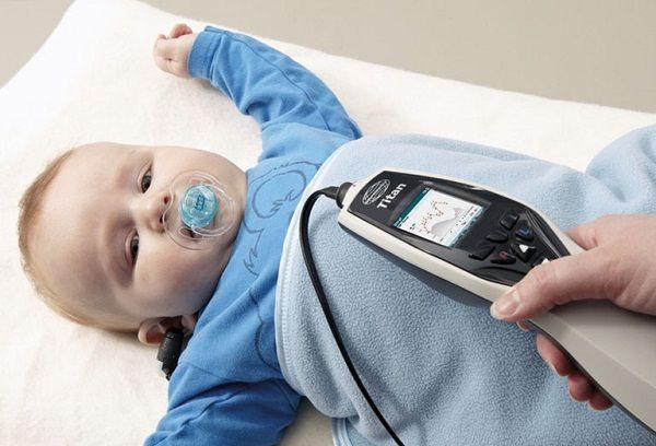 Когда начинают слышать новорожденные и как проверить качество слуха?