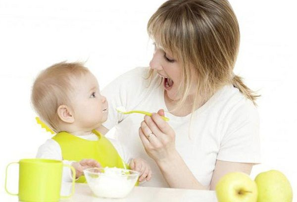 Мама кормит малыша кашей