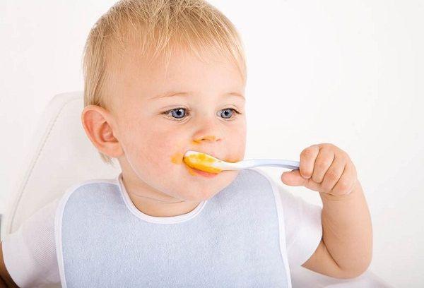 Грудничок ест морковное пюре