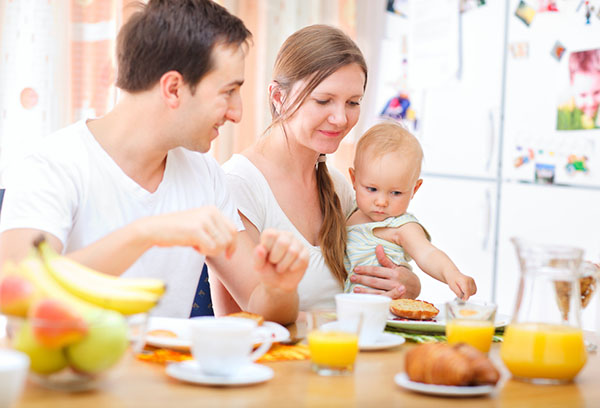Семья с малышом за завтраком