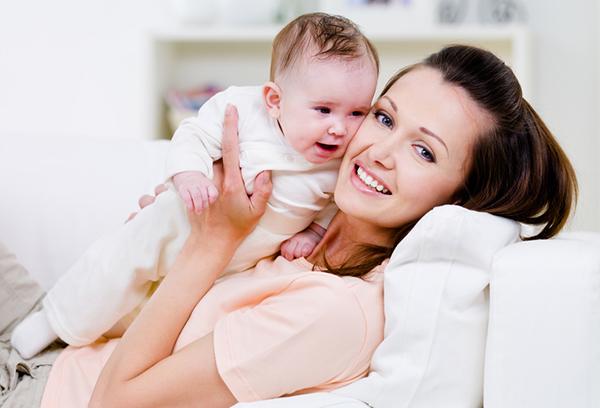 Молодая мама с малышом