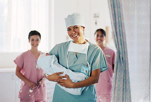 Врач с новорожденным в роддоме