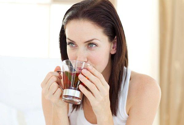 женщина пьет чай с шалфеем