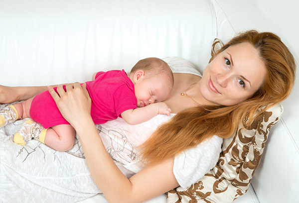 Младенец спит на животе у мамы