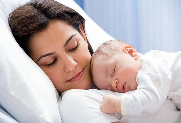 Малыш заснул на руках у мамы