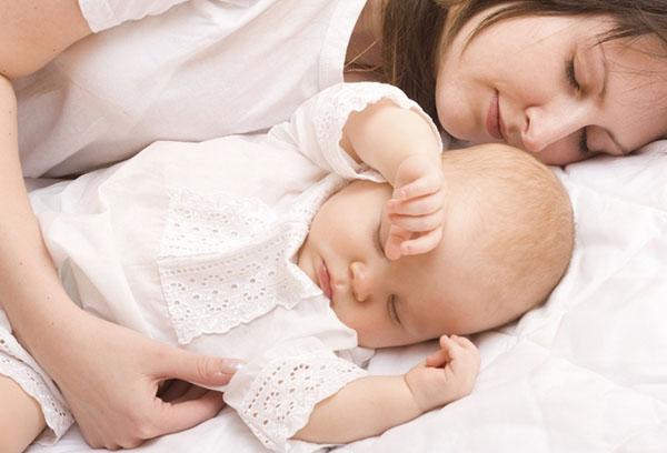 Спящий малыш с мамой