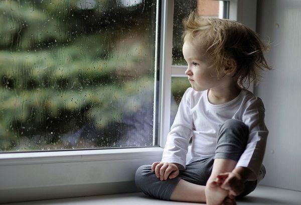 Двухлетний ребенок у окна