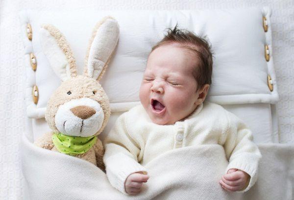 Новорожденный малыш в кроватке