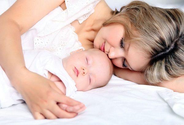 Новорожденный малыш с мамой