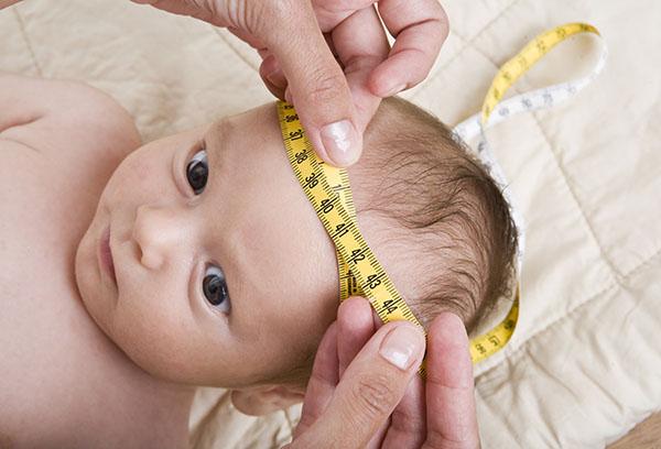 Измерение окружности головы младенца