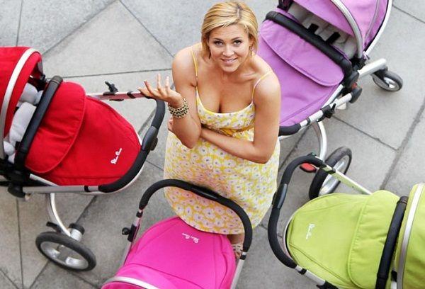 Беременная девушка и коляски