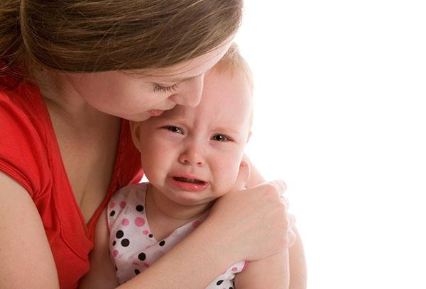 Ребенок плачет на руках у мамы