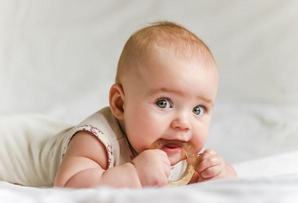 Ребенок грызет прорезыватель