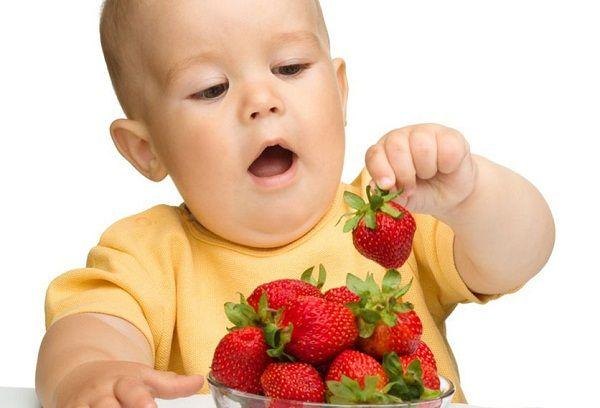 Какие фрукты можно ребенку в 11 месяцев и как их правильно вводить?