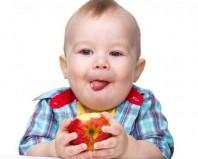 ребенок ест яболоко